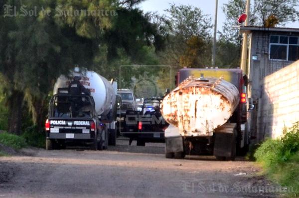 Aseguran vehículos cargados con contenedores y pipa con combustible robado