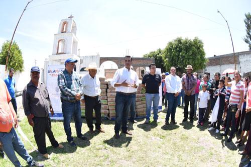 Entrega alcalde apoyo a habitantes de San José Temascatío
