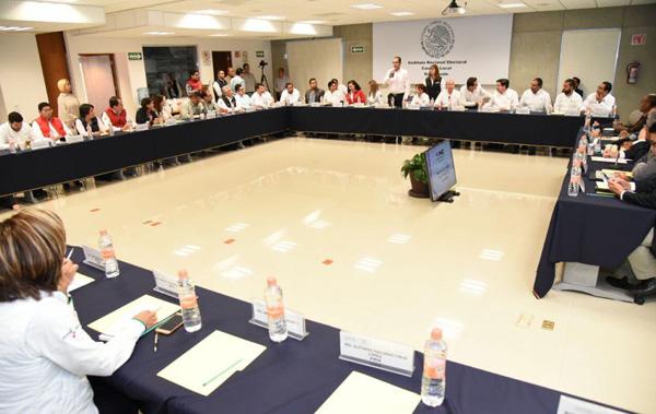 Se reúnen delegados federales con el INE