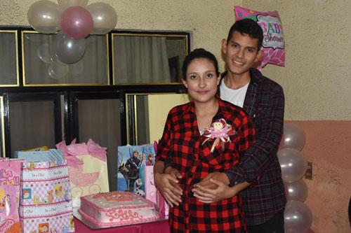 Realizan baby shower a María José
