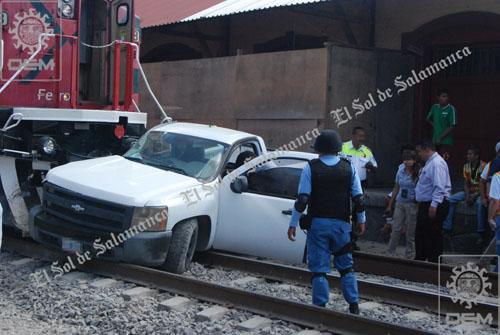Tren se lleva camioneta con elementos de policía ministerial