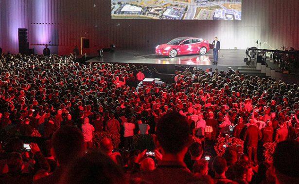 Busca automotriz Tesla popularizar sus modelos