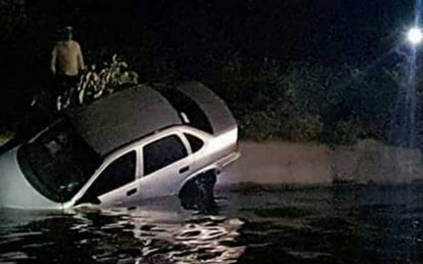 Noche inolvidable. Romanceaban cuando su auto cayó en un canal de aguas negras