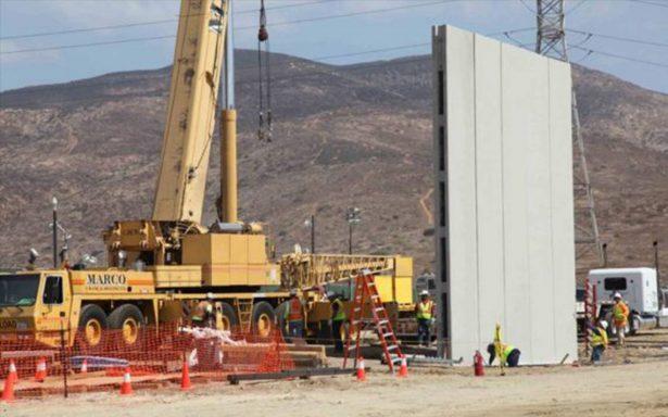 Instalan primeros prototipos del polémico muro de Trump