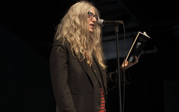 Patti Smith ofrece generoso recital y hace promesas