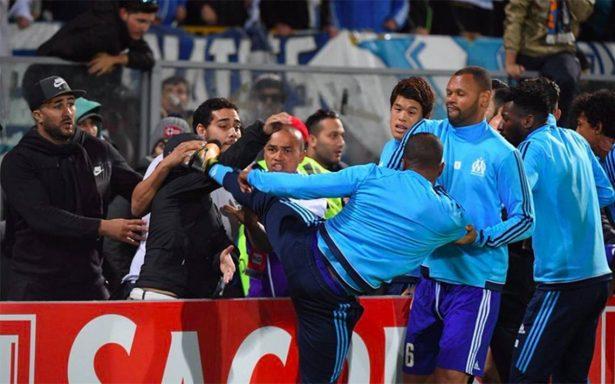 En plena cancha jugador del Olympique propina patada a un aficionado