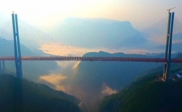 China abre a la circulación el puente más alto del mundo