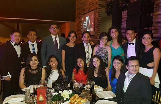 AMISTADES de la recién graduada y titulada como Licenciada en Derecho, Alethia López, se congratularon con este importante logro en su vida.