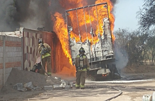 Arde bodega de gasolina; 4 vehículos y 2 viviendas se quemaron en La Llave