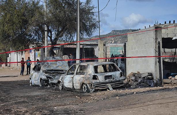 DOS de los vehículos calcinados al estallar en llamas un camión torton cargado con hidrocarburo de procedencia desconocida.