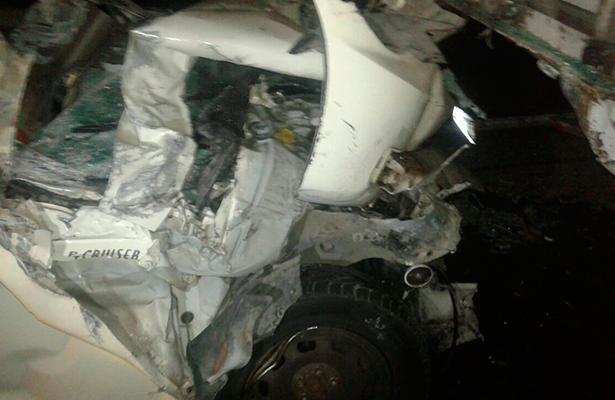 EL CUERPO de la víctima quedó prensado entre los restos del auto que se impactó por alcance contra un camión.