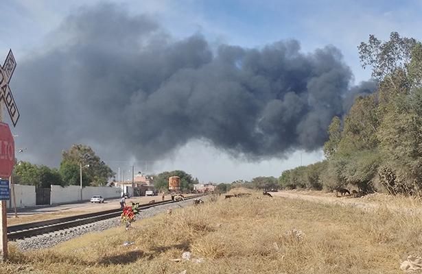 EN LA comunidad de La Llave, un camión torton cargado con hidrocarburo ardió, presuntamente por un descuido del chofer adicto al cigarro.