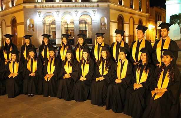 GRUPO de egresados de la Facultad de Derecho de la UAQ, que celebraron su graduación, antes de concluir este año.