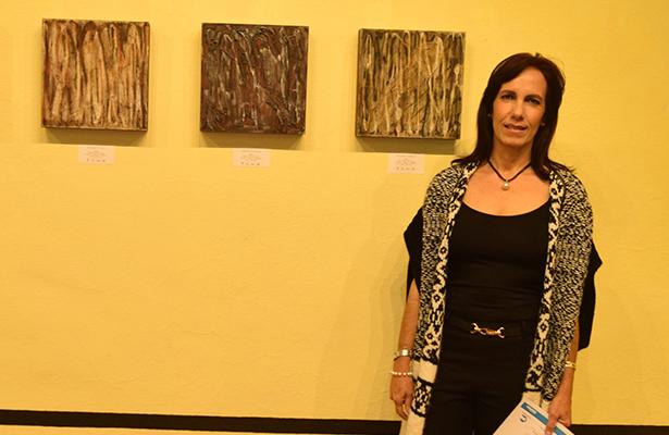 JUNTO a algunas de sus obras, Patricia Arriola.