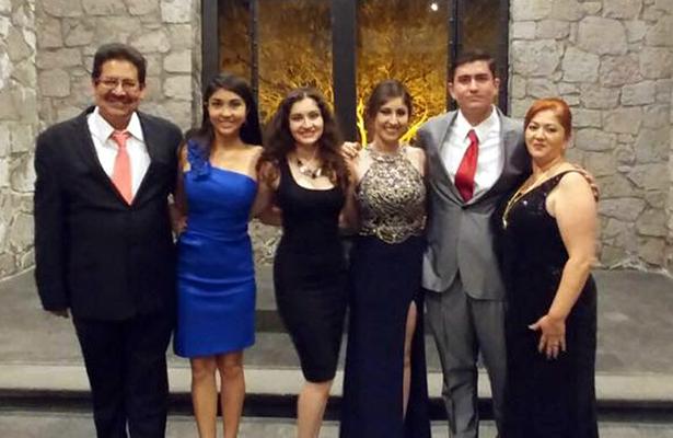 LA FAMILIA López Ortiz, orgullosos de su primera integrante graduada y titulada como Licenciada en Derecho.