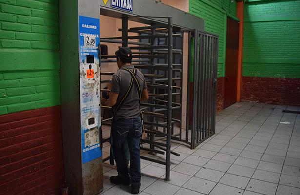 Baños en mal estado en el mercado Juárez