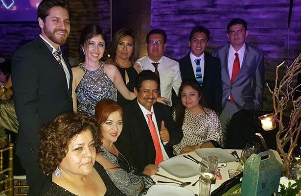 PAPÁS, hermanos y demás familiares, acompañaron a Alethia en la celebración de su graduación.