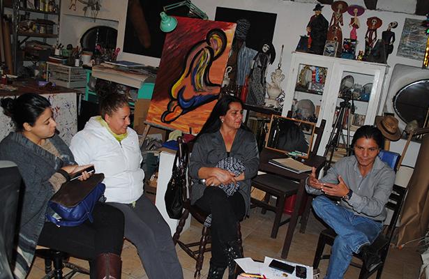 EN LAS INSTALACIONES del Centro de Arte y Cultura Sílice, Jorge Coéllar dirige las reuniones de trabajo para nuevas puestas en escena.