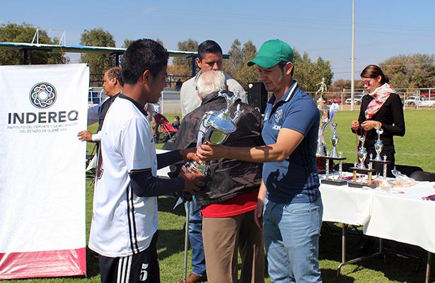 LA PREMIACIÓN consistió en medallas y trofeos para los primeros lugares, los cuales recibieron de manos de las autoridades del municipio de Tequisquiapan y del INDEREQ.