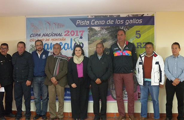 AUTORIDADES estatales, municipales y representantes de la FMC y AQC que presidieron la presentación oficial de este evento nacional de ciclismo de montaña.