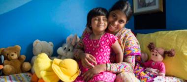 Operan a niña de Bangladés que nació con tres piernas