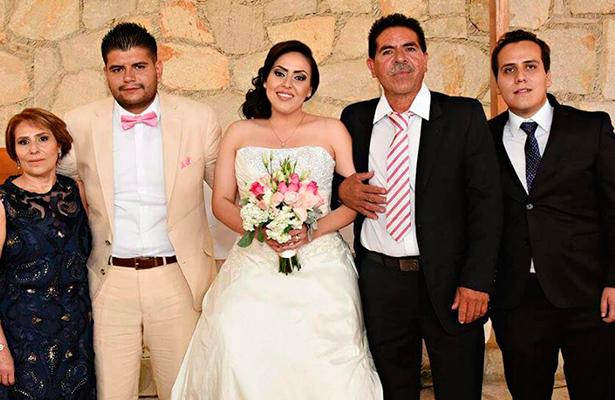EN COMPAÑÍA de sus seres queridos, los nuevos esposos Pérez Esquivel festejaron su unión matrimonial.
