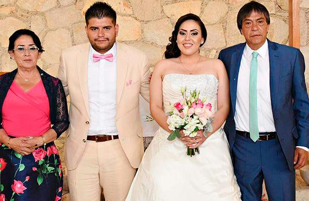 MIRIAM y Jonathan en compañía de los papás de ella, señores Bertha Carrillo y Pedro Esquivel.