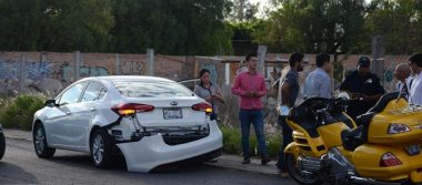 Chocó motociclista contra un auto