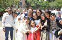 Los nuevos comulgantes rodeados de algunos de sus familiares que les acompañaron en la celebración de su Primera Comunión.