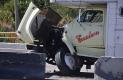 AL JALARSE a su izquierda por posible desperfecto mecánico, el caminó impactó una camioneta y se fue contra los bloques de concreto.