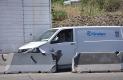LA CAMIONETA fue proyectada por el camión contra los bloques de concreto divisorios de los carriles de la autopista.