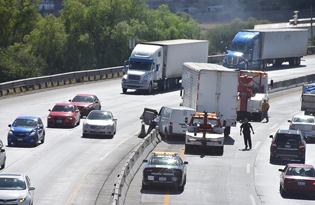 Camión chocó a camioneta y bloques de concreto