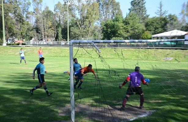 Así se tendió Emiliano Aguilar para poner  el marcador 4 -3 el y revivir las esperanzas del Atlético San Gil.