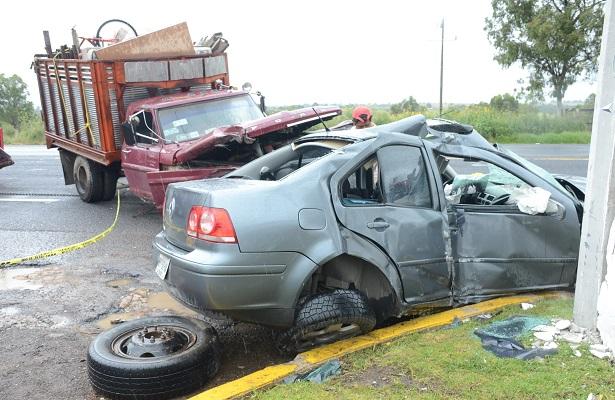 Camioneta impactó a auto; un muerto