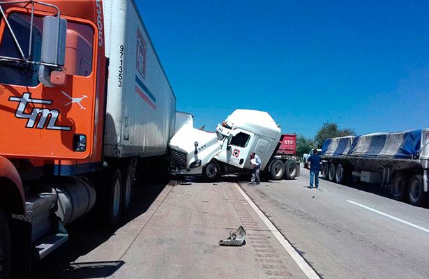 Chocan tracto camiones en el km. 90 de la autopista
