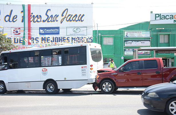 Tráiler proyectó camioneta contra urbano