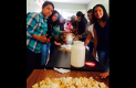 ALUMNOS de la Facultad de Contaduría y Administración de la UAQ hicieron tortas al día siguiente de la contingencia.Foto: Luis Luevanos