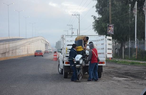 Motociclista choca contra la base de un puente