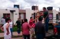 LOCATARIOS del mercado Reforma apoyaron con artículos de limpieza y alimentos a los afectados por la inundación. Foto: Luis Luevanos