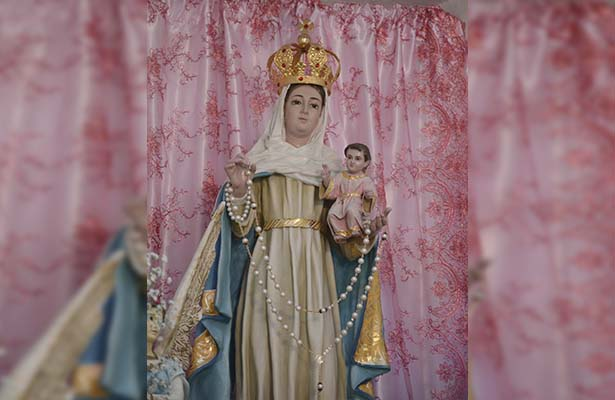 Veneran a la virgen del Rosario