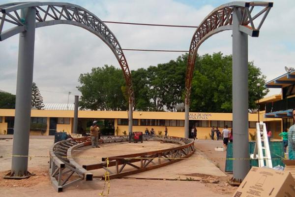 Construyen arcotecho en la Escuela Normal