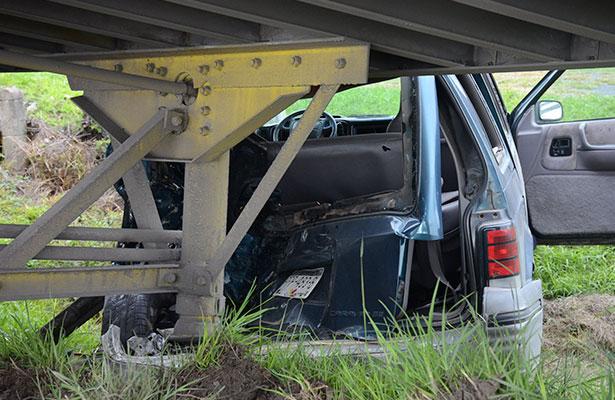CON severos daños resultó la camioneta tipo familiar, al ser embestida por un tracto camión.