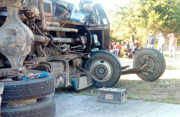 Materialista sin frenos impactó a camioneta