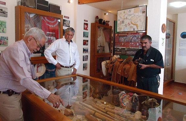 Visitan Sala de Antropología propiedad de la familia Nieto Castillo