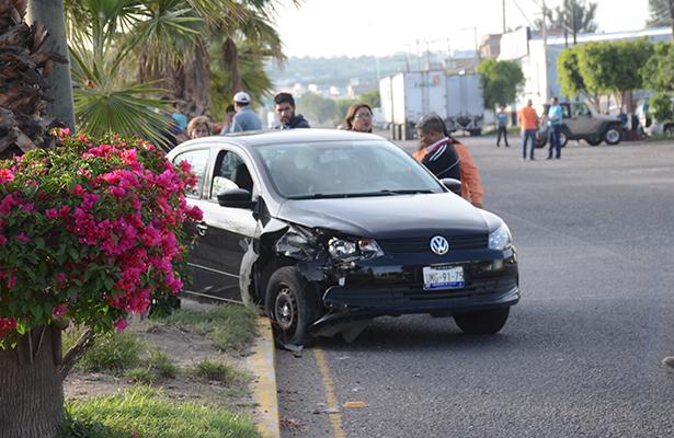 Accidentes vehiculares dañan mobiliario urbano