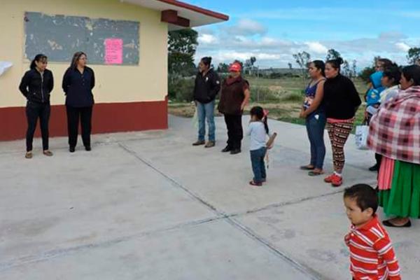 Regidoras aportan material para plaza cívica