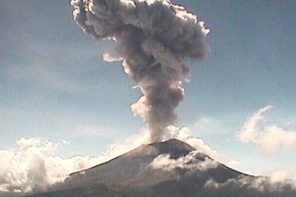 Explosión en el Popocatépetl provoca fumarola de tres kilómetros
