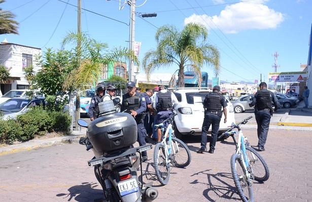 Detienen a 3 hombre en el estacionamiento de Banamex