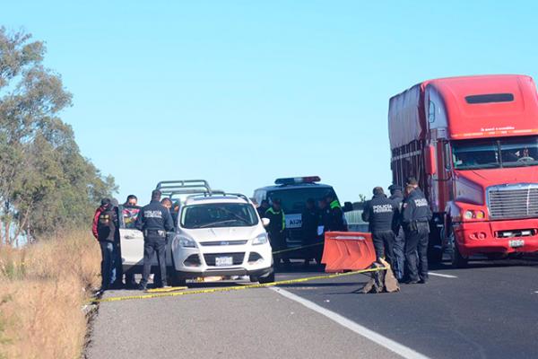 Encuentran cuerpos sin vida en una camioneta