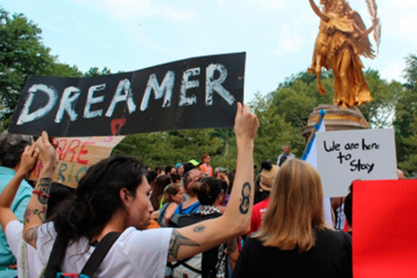 """Juez declara que """"dreamers"""" tienen derecho a proceso legal en EU"""